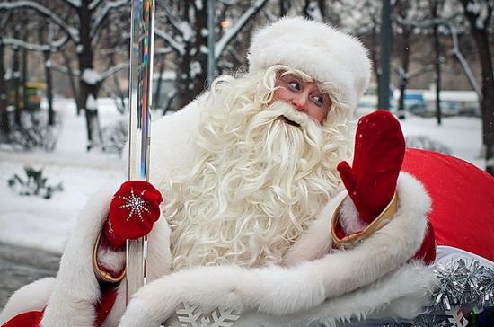 В Новосибирске к пациентам детской больницы «прилетели» три Деда Мороза и Снегурочка