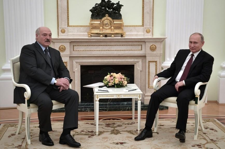 Лукашенко подарил Путину на Новый год четыре мешка картошки и сало