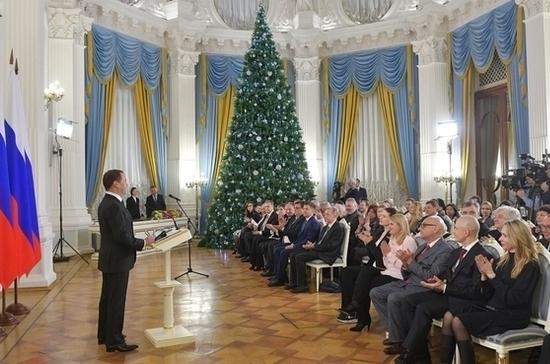 Медведев назвал новогодние каникулы вредными для экономики