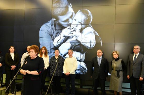 В Госдуме открыли фотовыставку «Когда папа рядом»