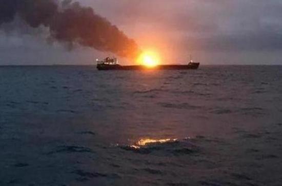 Буксир «Меркурий» завершает сбор спасённых при пожаре моряков