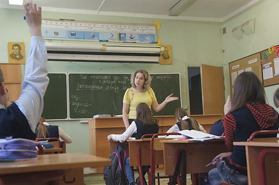 Смолин рассказал, как повысить благосостояние педагогов