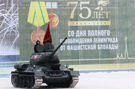 На Дворцовой площади прошел парад в честь 75-летия годовщины освобождения Ленинграда от блокады