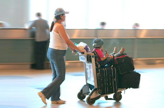 Роспотребнадзор рассказал, что можно потребовать от авиакомпании при задержке рейса