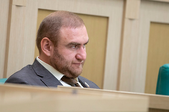 Сенатору Рауфу Арашукову предъявили обвинение