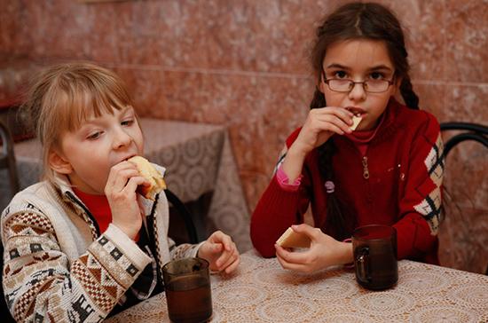 Яровая предложила обязать регионы разрабатывать программы питания в школах