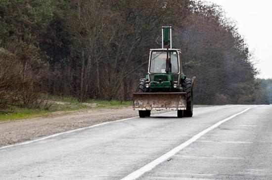 За езду по дорогам на самоходных машинах предлагают штрафовать