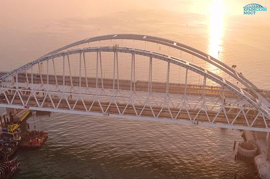 На железнодорожном участке Крымского моста монтируют стойки освещения
