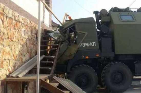 В Севастополе военный грузовик врезался в частный дом