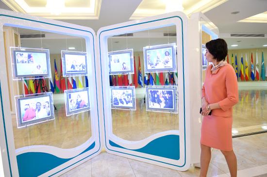Матвиенко открыла фотовыставку, посвящённую второму Евразийскому женскому форуму