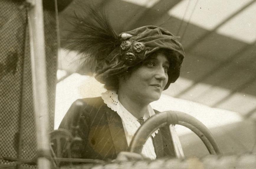 Первая в мире женщина-пилот получила лицензию 8 марта