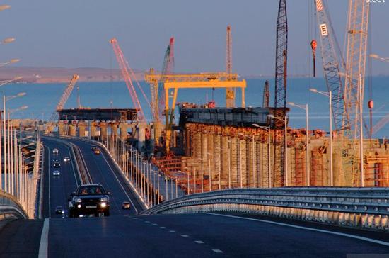 Строители Крымского моста уложили половину рельсов на железнодорожной части
