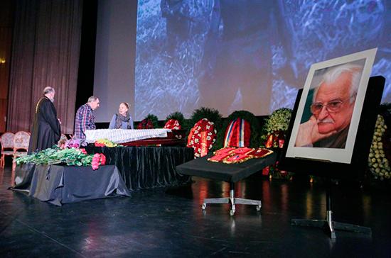 Хуциев похоронен на Троекуровском кладбище