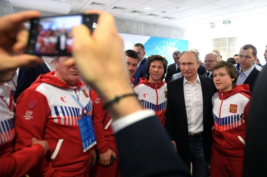 Путин отодвинул своего охранника на встрече со спортсменами