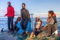 В Средиземном море нелегальные мигранты захватили спасшее их судно