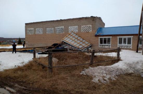 В Башкирии ветром снесло крышу спортзала школы