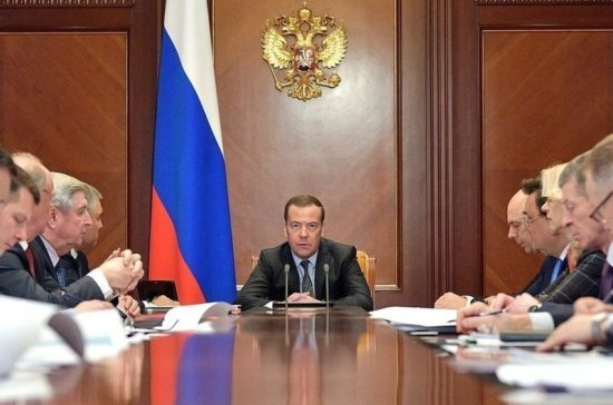 Медведев обсудил с депутатами от КПРФ налоги, промышленность и науку