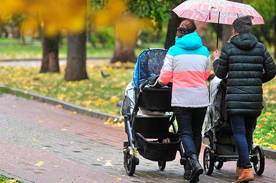 Получать детские пособия могут разрешить по месту пребывания