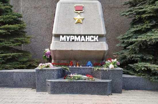 К стеле «Мурманск» в Севастополе приносят цветы в память о погибших при крушении SSJ-100