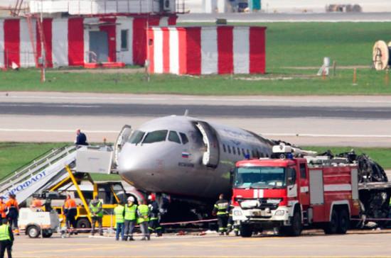 В расшифровке переговоров пилота сгоревшего SSJ-100 с диспетчерской нашли ошибку