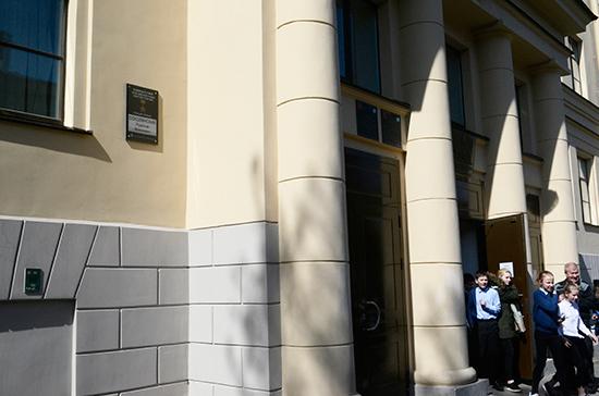 Мемориальные доски учеников-героев могут появиться в петербургских школах
