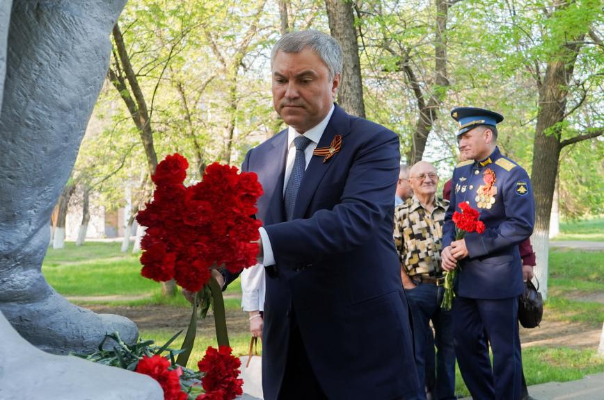 Володин возложил цветы к памятнику Марине Расковой в Энгельсе