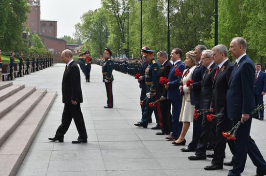 Президент возложил венок к Могиле Неизвестного Солдата в Александровском саду
