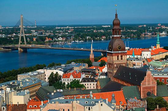 Сейм Латвии потребовал декларировать суммы от 10 тысяч евро при въезде в страну