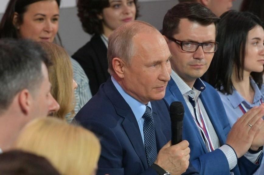 Путин рассказал, как на руках носил пенсионерку на 5-й этаж