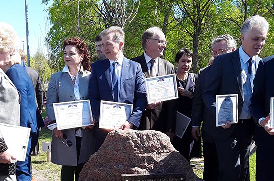 Петербургские депутаты высадили кленовую аллею в честь юбилея Заксобрания