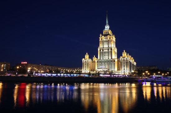 Для интерьера гостиницы «Украина» было написано свыше тысячи картин