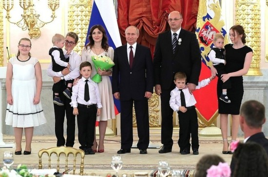 Президент вручил севастопольской семье орден «Родительская слава»