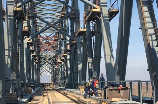 Пробное движение поездов по мосту через Амур в Китай хотят запустить до конца года
