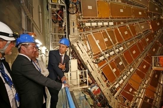 Медведев пообещал российским ученым из ЦЕРН увеличить финансирование