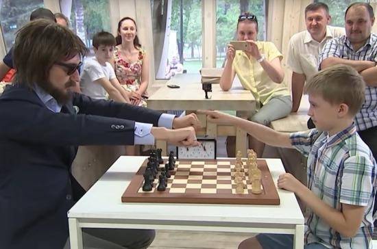 Школьник сыграл вничью с чемпионом мира по шахматам Сергеем Карякиным