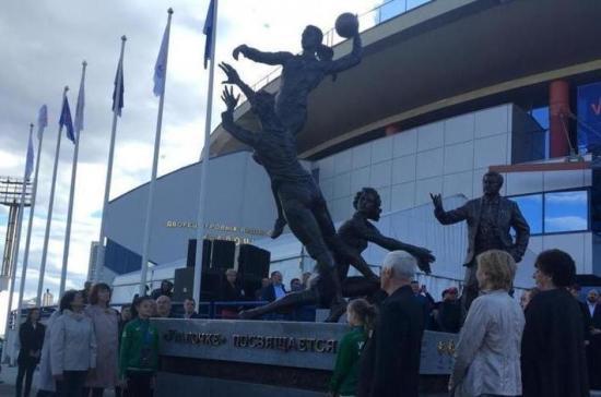 В Екатеринбурге установили памятник женской волейбольной команде
