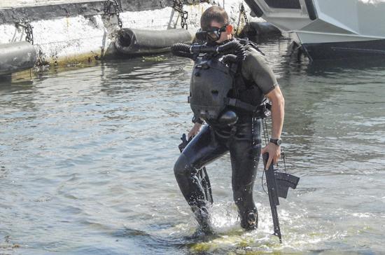 На Черноморском флоте учатся захватывать подводных диверсантов