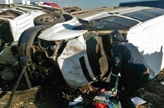 В Крыму при столкновении грузовика с микроавтобусом погиб человек
