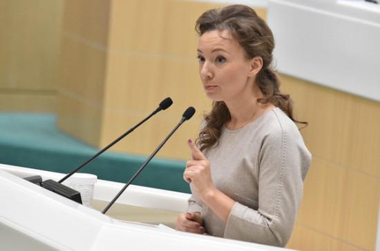 Кузнецова предлагает внести изменения в законодательства для профилактики выпадения детей из окон