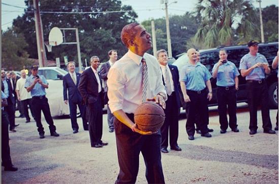 Баскетбольную майку Барака Обамы продали на аукционе за 120 тысяч долларов