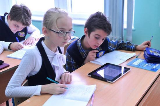 Рособрнадзор: рекомендации по использованию телефонов в школах не предполагают их запрет