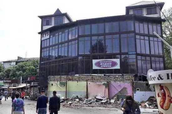 В Симферополе начали снос незаконного торгового центра