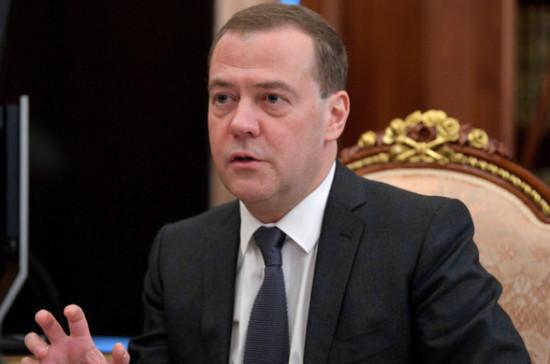 Власти продолжат оказывать поддержку российским вузам, сообщил Медведев
