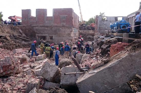 Под завалами на месте обрушения стены в Новосибирске ищут двух рабочих