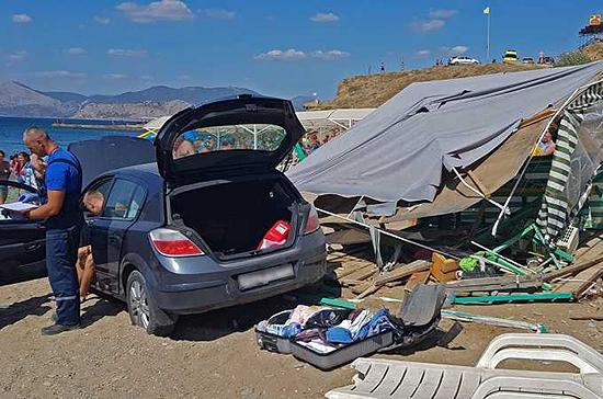В Судаке автомобиль упал с обрыва на пляжную палатку
