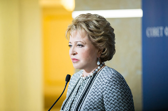 Матвиенко призвала школы самостоятельно разработать правила пользования гаджетами