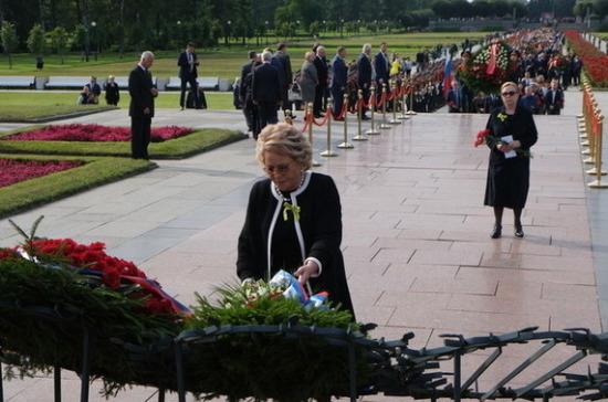 Матвиенко возложила цветы на Пискаревском кладбище в годовщину начала блокады