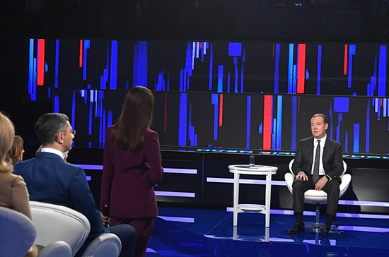 Медведев сообщил об увеличении числа россиян, подключённых к соцконтрактам
