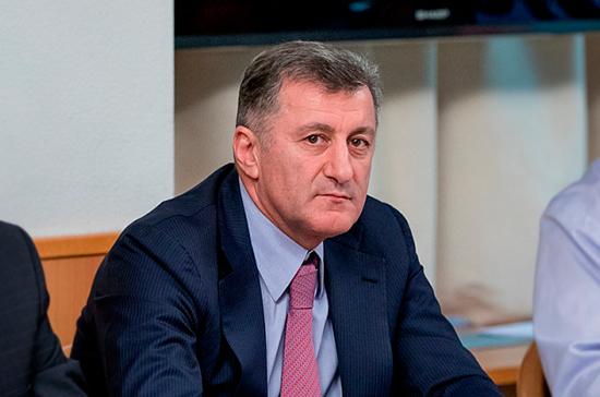 Депутат Умаханов рассказал о визите Путина в воюющий Дагестан в 1999 году