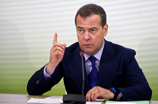 Медведев: малый бизнес в перспективе может обеспечить работой 50% россиян